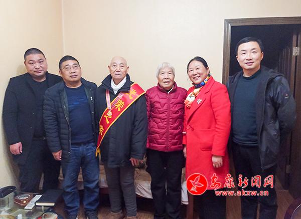 """92岁老兵参加过淮海战役 腿上还""""藏""""着弹片"""
